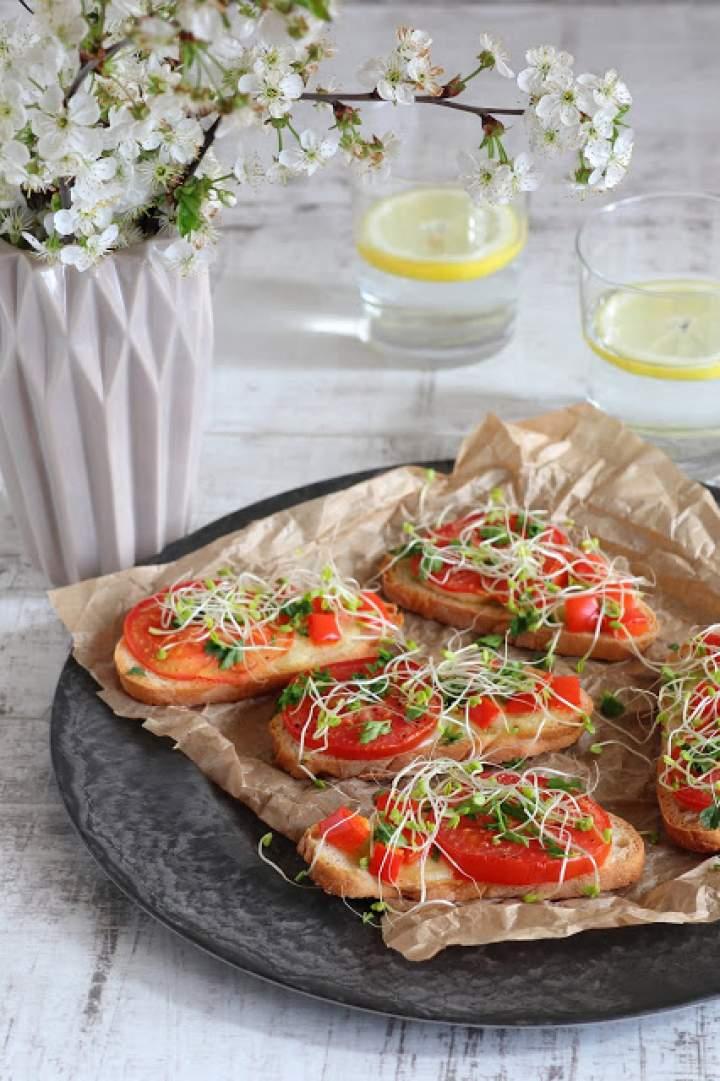 Bruschetta z mozzarellą, pieczonymi pomidorami i papryką