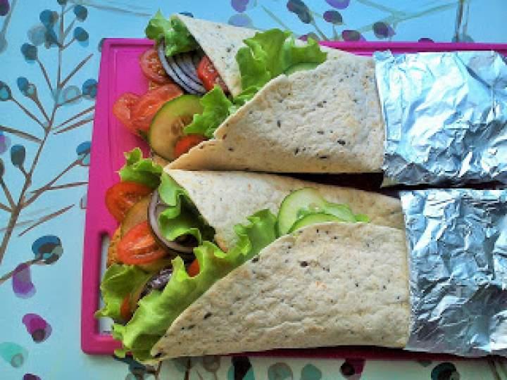 Tortille z mięsem drobiowym i warzywami
