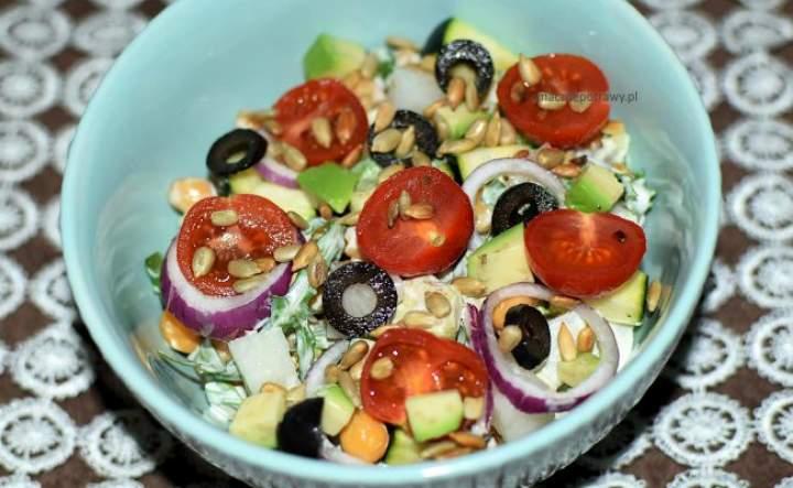 kolorowa sałatka z ciecierzycy – pożywna i zdrowa
