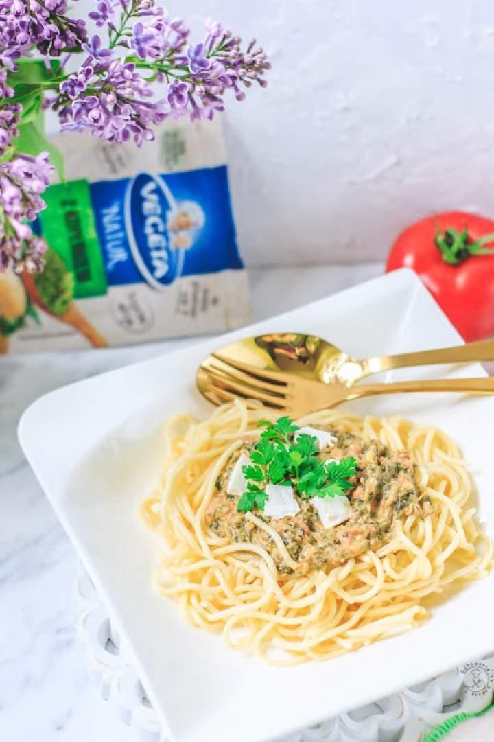 Spaghetti Z Sosem Ze Świeżych Pomidorów, Szpinaku I Fety
