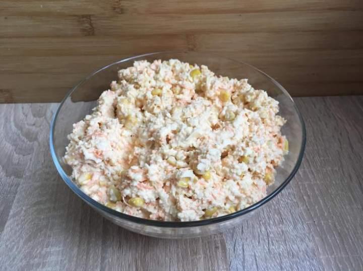 Surówka z kalafiora, marchewki i kukurydzy