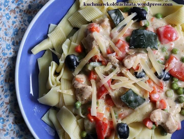 Makaron z kurczakiem i warzywami z włoską nutą