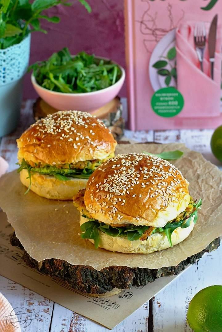 Wege burger z cukinii, marchewki i sera halloumi
