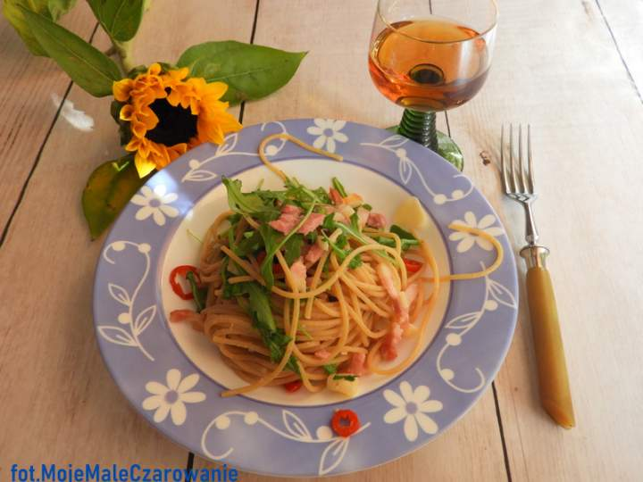 Spaghetti z boczkiem i rukolą