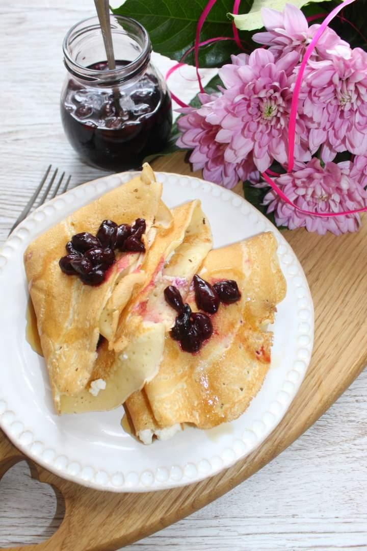 Naleśniki z białym serem i jagodami z syropu