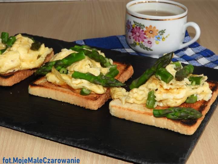 Jajecznica ze szparagami na tostach