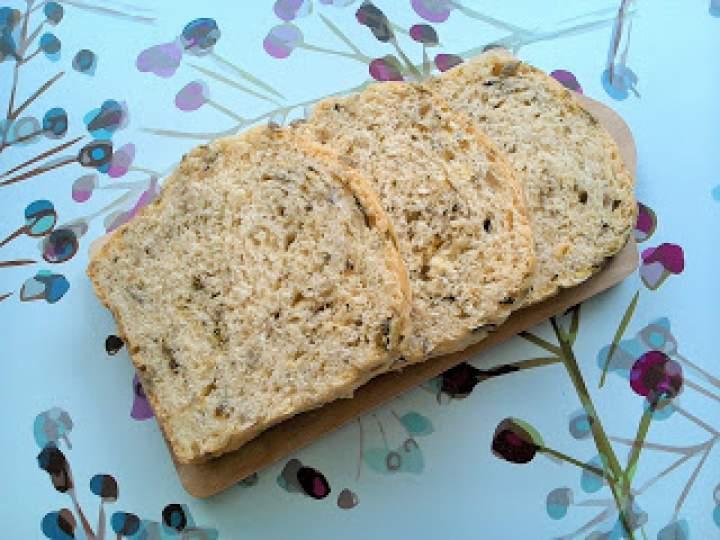Chleb pszenny z liśćmi rzodkiewek i słonecznikiem