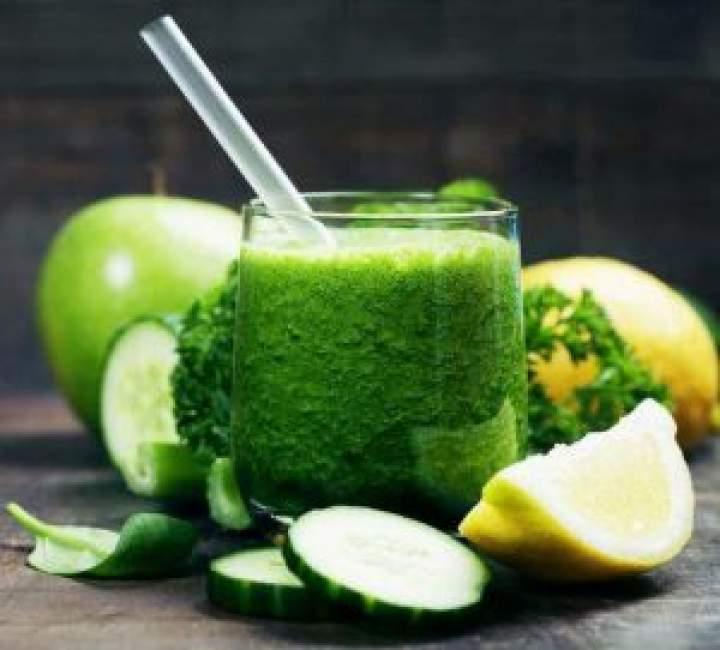 Zielone smoothie z ogórka i awokado. Wegańskie smoothie.