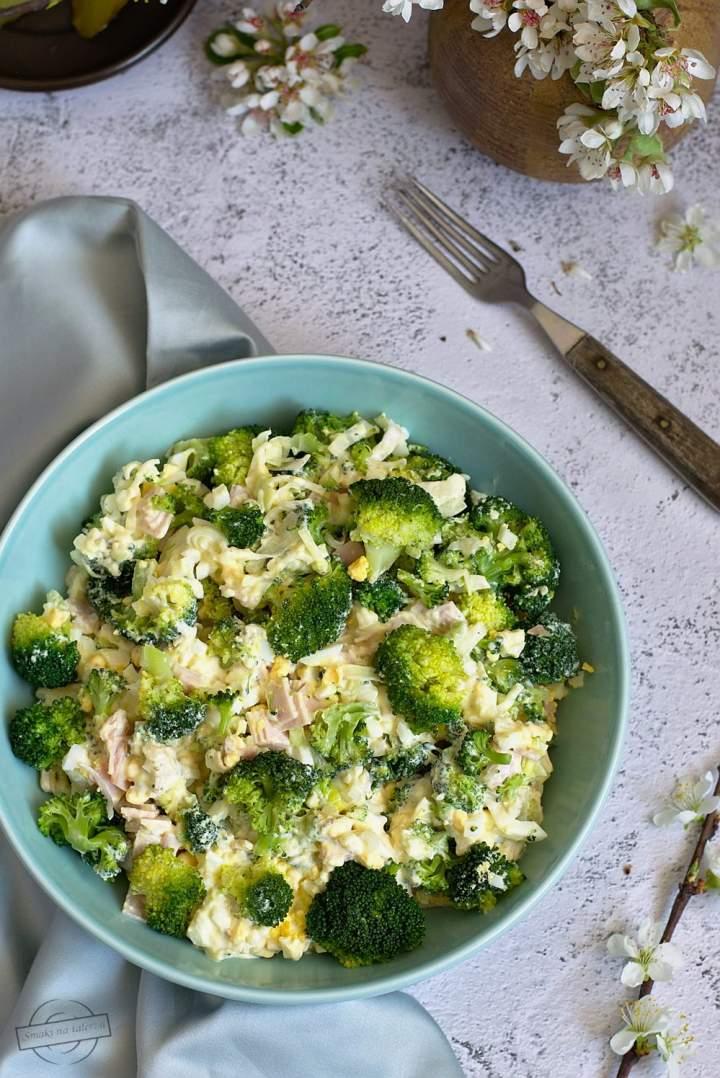 Sałatka brokułowa z jajkami i szynką