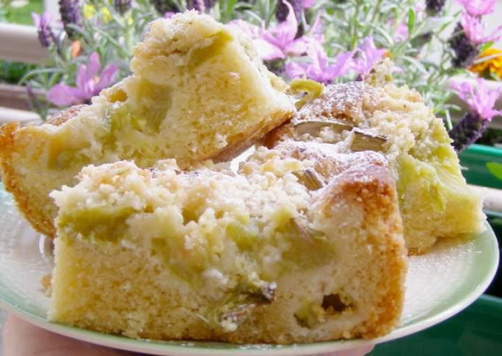 łatwe ciasto ucierane z rabarbarem, kruszonką…