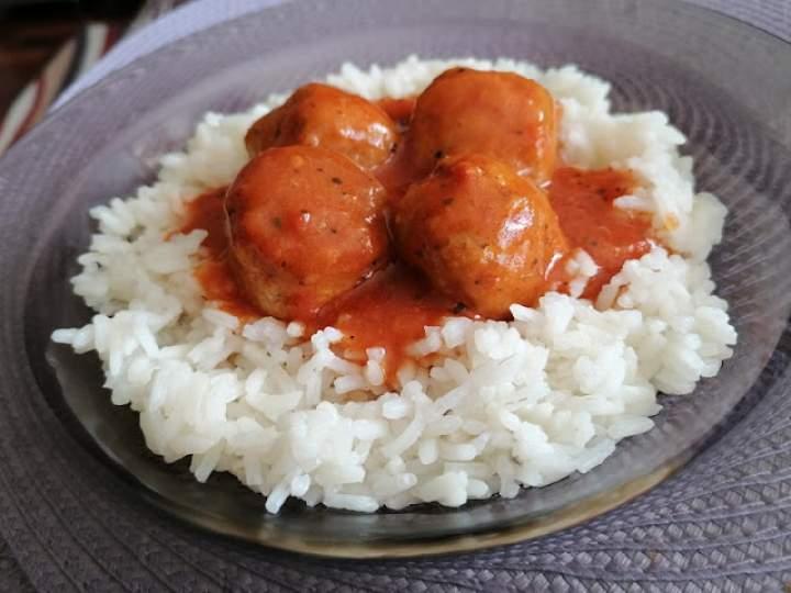 Pulpety w maślanym sosie pomidorowym