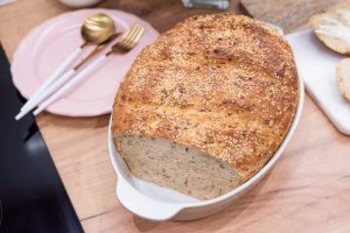 Chleb z garnka z prażoną cebulką, słonecznikiem i sezamem