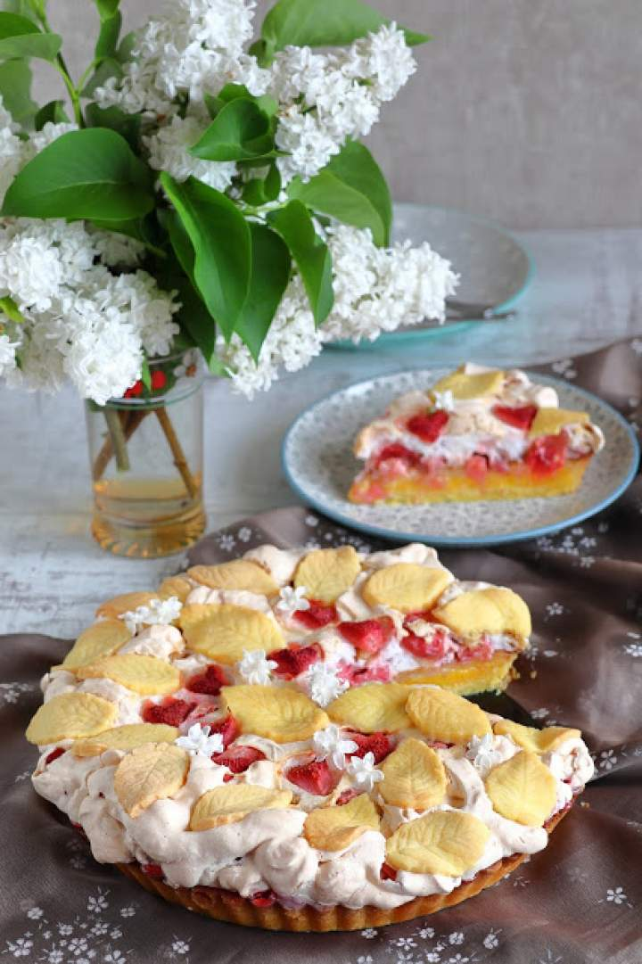 Tarta cytrynowa z rabarbarem i truskawkami w bezie