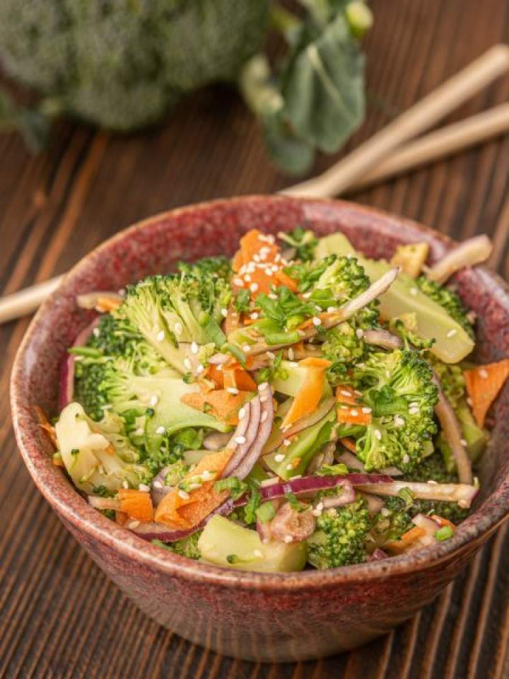 Sałatka z brokułem po azjatycku
