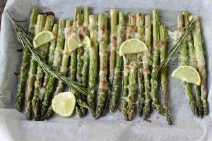 Pieczone szparagi z serem.