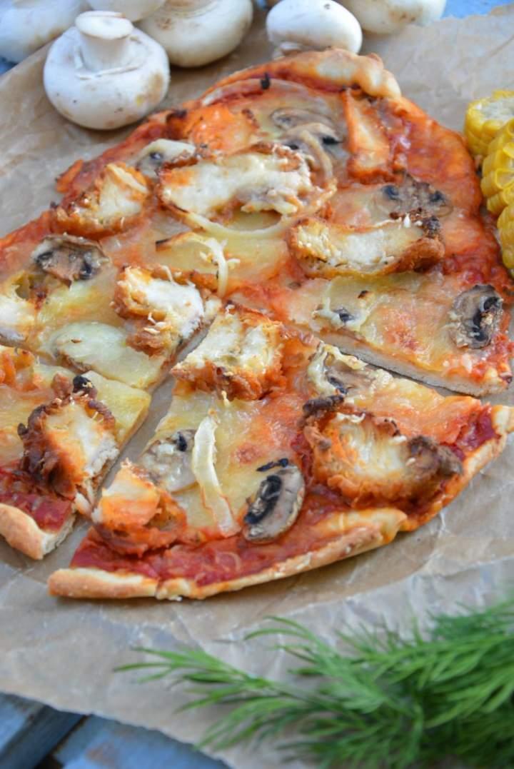 Pizza na cienkim cieście z panierowanymi polędwiczkami