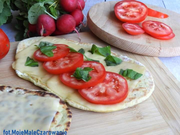 Groszkowe podpłomyki z pomidorami i serem