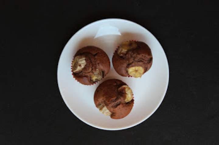 Muffinki z rozpuszczalnym kakao i bananami