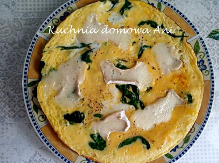 Omlet ze szpinakiem i serem camembert