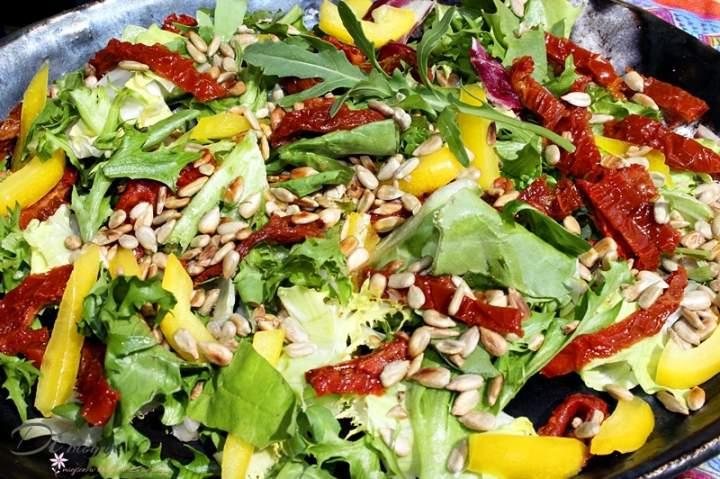 Sałatka z suszonymi pomidorami, papryką i pestkami słonecznika