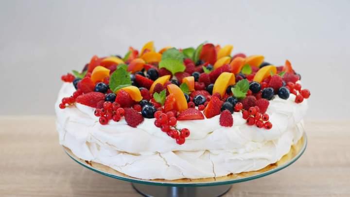 Beza z kremem mascarpone i sezonowymi owocami