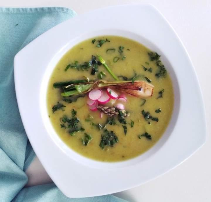 Zupa krem z cukinii i szparagów z dodatkiem szpinaku, rzodkiewki i karmelizowanej cebuli dymki. Kuchnia zero waste