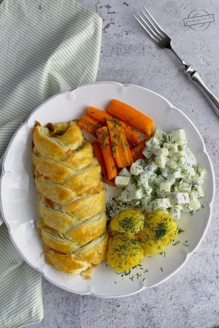 Kurczak w cieście francuskim z pieczarkami