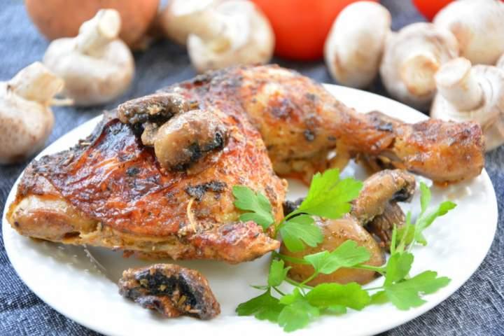 Ćwiartki z kurczaka pieczone w mleczku zagęszczonym z pieczarkami