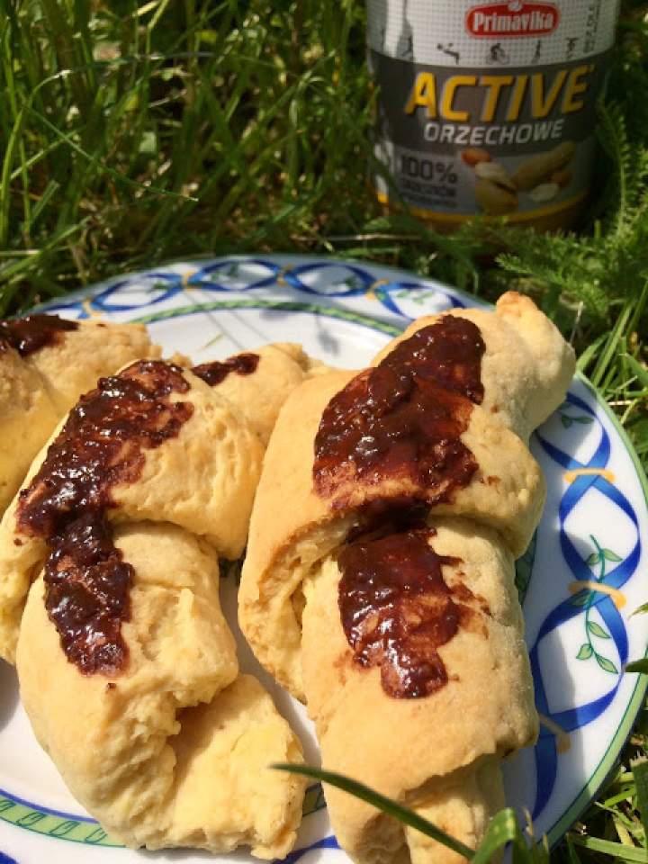 Rogale krucho – drożdżowe z masłem orzechowym