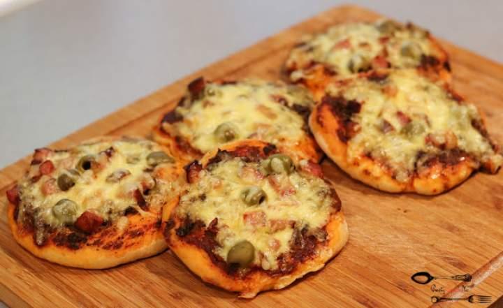 Drożdżowe pizzerinki z boczkiem