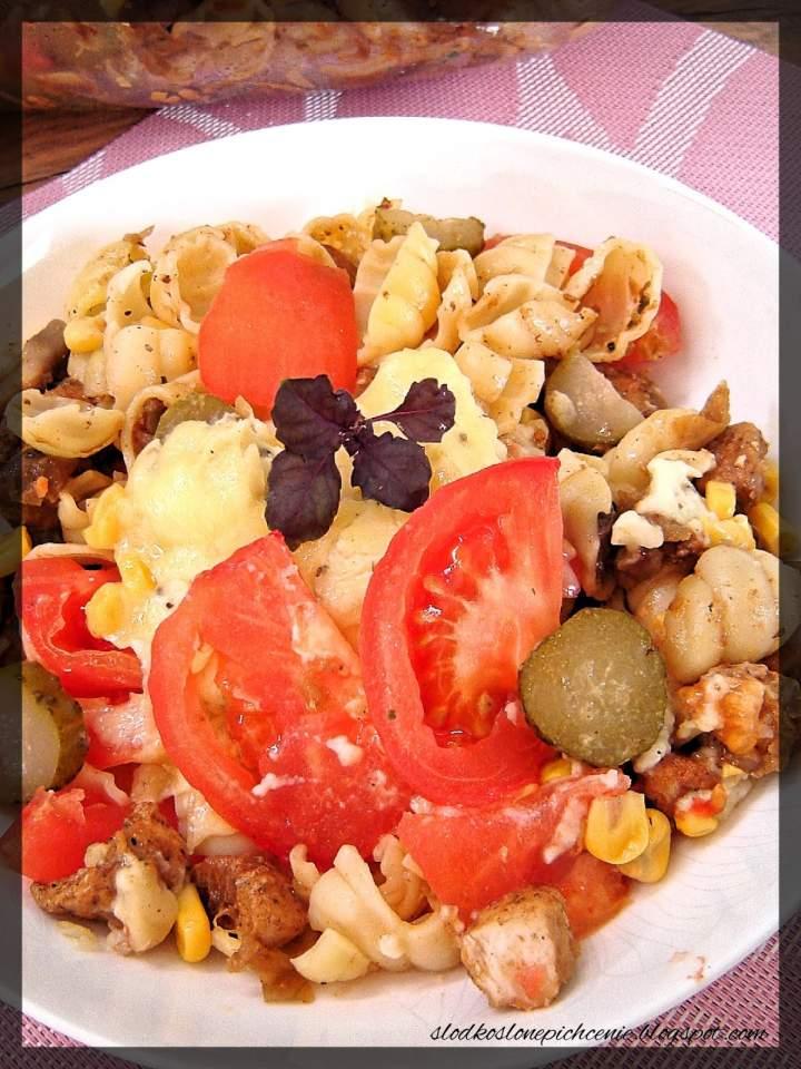 Zapiekanka makaronowa z kurczakiem, pieczarkami i pomidorami