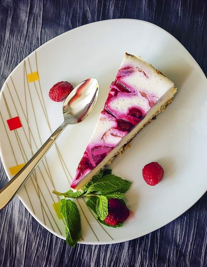 Do czego wykorzystać musy owocowe – przepis na pyszny sernik