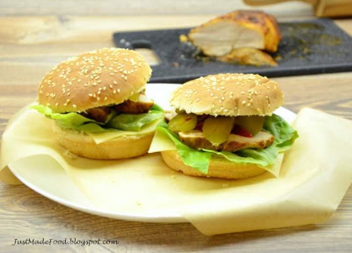 Hamburger z plastrem filetu z kurczaka