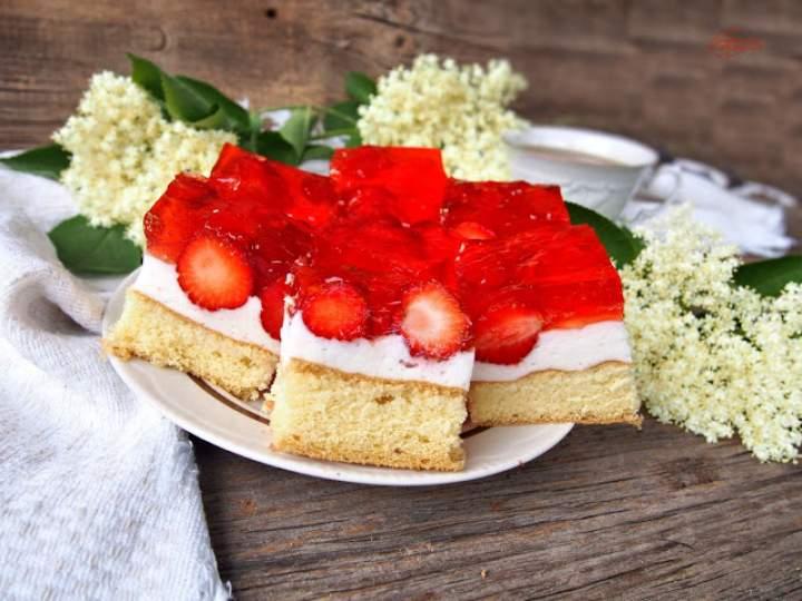 Ciasto z truskawkami i jogurtową pianką