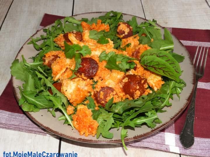 Potrawka z kurczaka z chorizo na rukoli