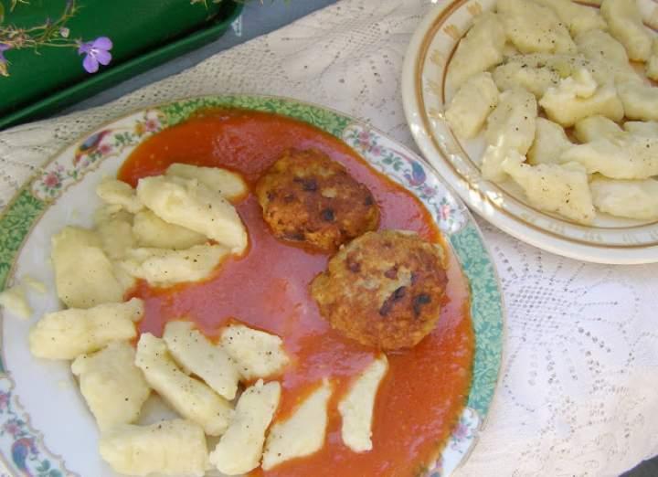 kopytka  i kotleciki mielone w sosie pomidorowym…
