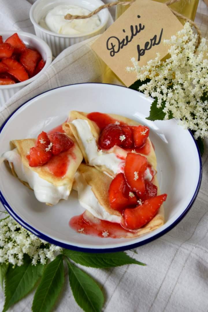 Naleśniki z syropem z bzu, truskawkami i twarogiem