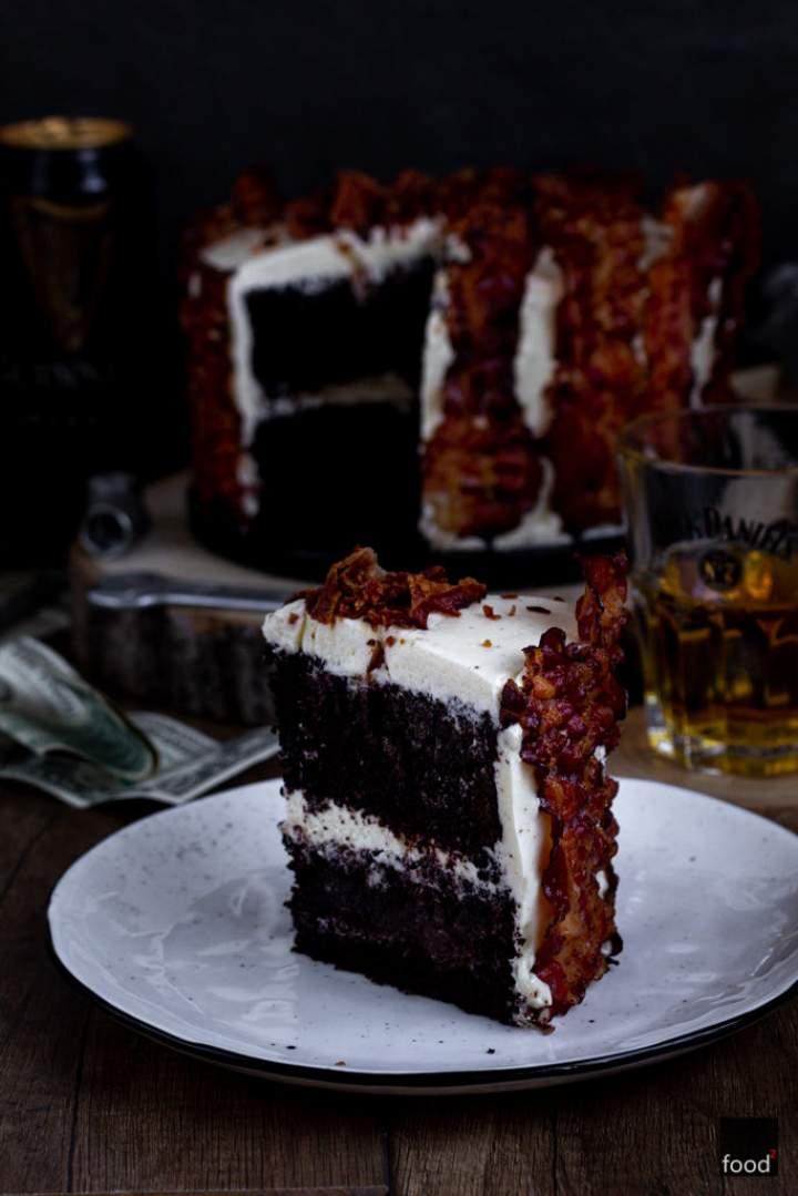 Tort czekoladowy na piwie z kremem maślanym i bekonem