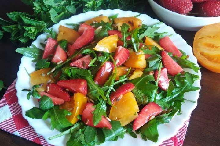 Sałatka z rukoli, truskawek i pomarańczowego pomidora