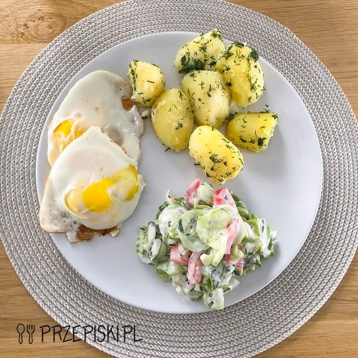 Szybki Obiad: Jajka Sadzone z Młodymi Ziemniakami i Mizerią