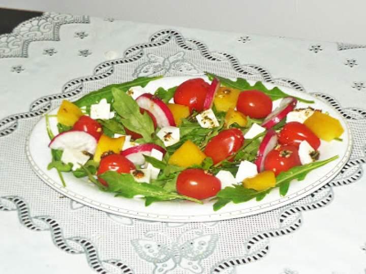 Sałatka z rukoli, fety i pomidorków