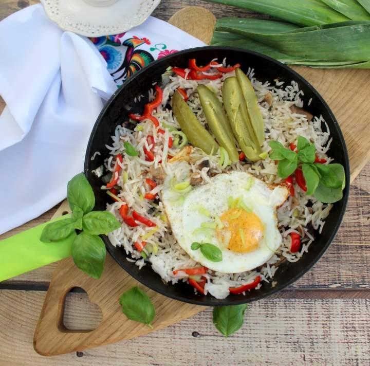 Smażony ryż z warzywami i jajkiem sadzonym