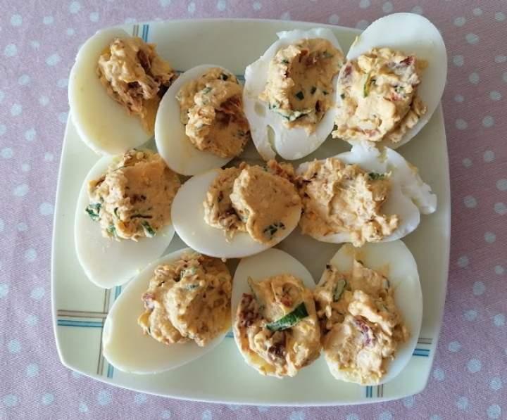 Jajka faszerowane z cebulką i suszonymi pomidorami