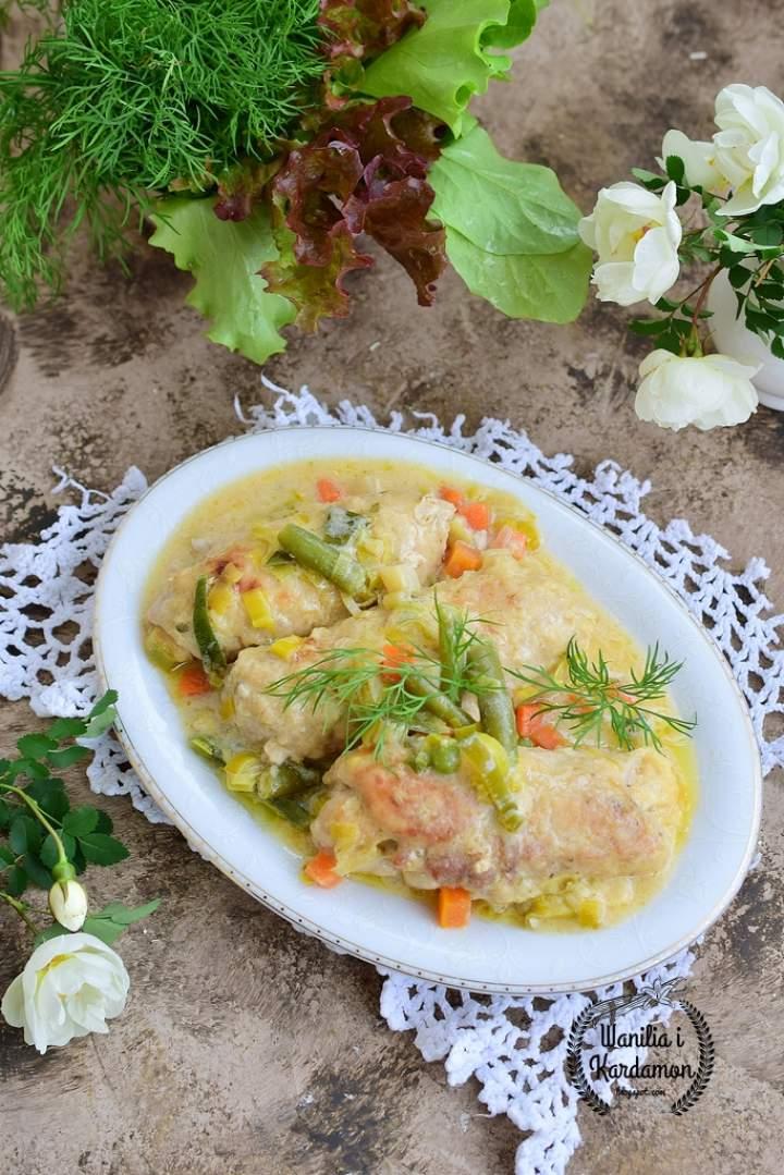 Nadziewane roladki schabowe duszone w kremowym sosie z warzywami