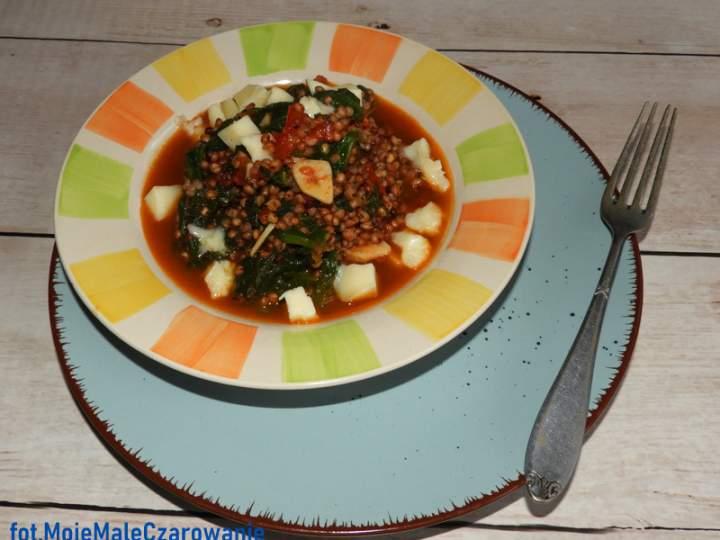 Sorgo ze szpinakiem, pomidorami i scamorzą