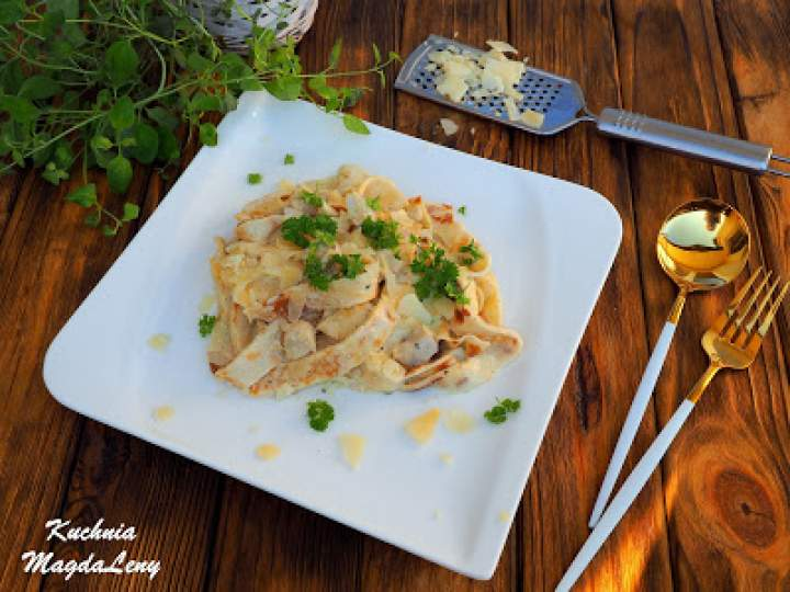 Naleśnikowy makaron z kurczakiem w sosie serowym