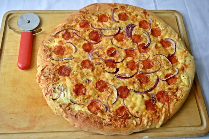 Pizza ze śmietankowym sosem i salami