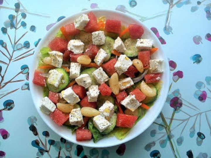 Sałatka z arbuzem, serem sałatkowym i marynowanym czosnkiem