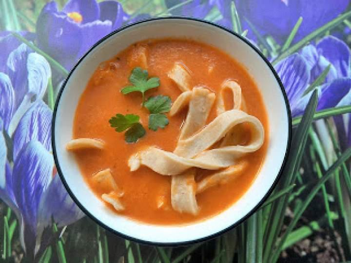 Zupa pomidorowa ze świeżych pomidorów z domowym makaronem