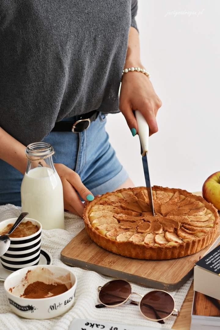 Tarta migdałowa z jabłkami i cynamonem
